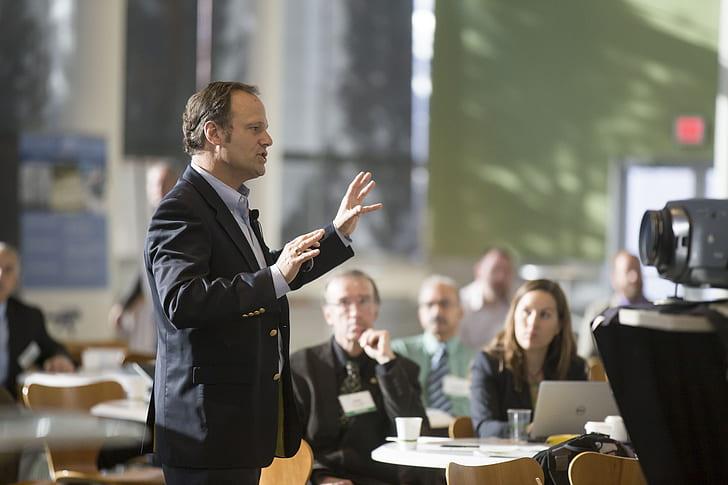 Public speaker si diventa: errori da evitare, tecniche, trucchi e corsi per parlare in pubblico con successo.