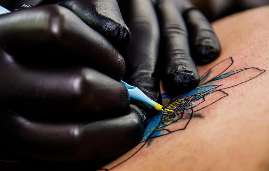 Come diventare tatuatore: corsi, permessi e autorizzazioni, quanto guadagna un tatuatore